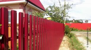 Забор из штакетника окрашенного